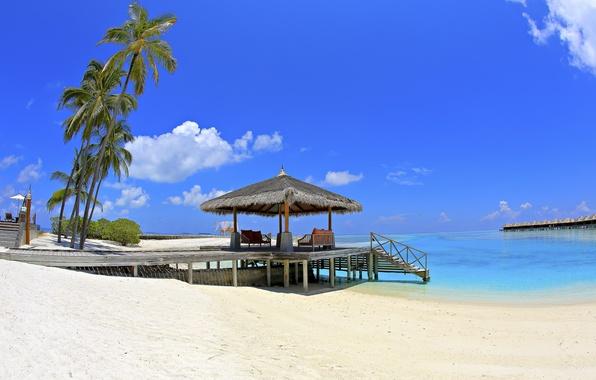 Картинка песок, море, пляж, небо, облака, пальмы, отдых, рай, Мальдивы, бунгало