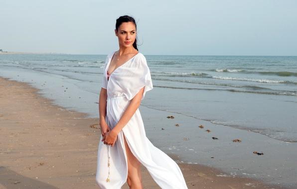 Картинка песок, море, пляж, девушка, платье, брюнетка, горизонт, в белом, Галь Гадот, Gal Gadot, Criminal, Преступник