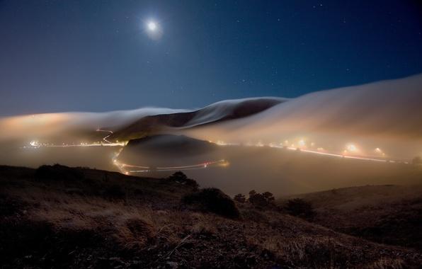 Картинка дорога, небо, звезды, пейзаж, ночь, природа, огни, туман, холмы, луна, трасса, вечер, фонари, дымка, пригород