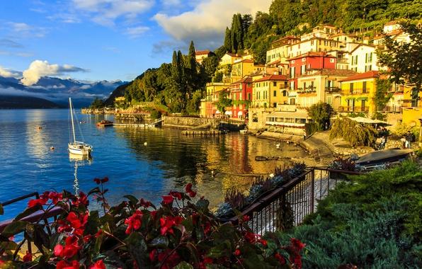 Картинка озеро, здания, дома, яхта, Италия, набережная, Italy, озеро Комо, Ломбардия, Lombardy, Lake Como, Varenna, Варенна