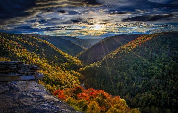 Картинка лес, небо, солнце, облака, лучи, закат, горы, река, камни, скалы
