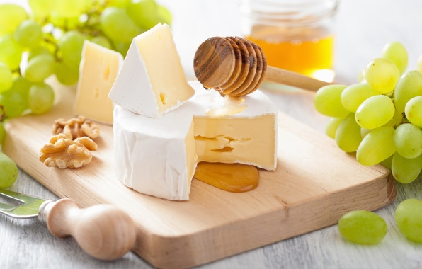 Картинка белый, сыр, мед, виноград, ложка, нож, доска, орехи