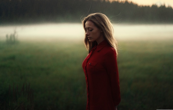 Картинка грусть, поле, девушка, свет, закат, задумчивость, модель, портрет, вечер, рубашка, шатенка, погода, красная, Olga, боке, ...