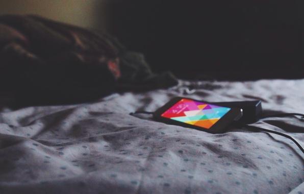 Картинка лист, обои, iPhone, кровать, экраном, телефон зарядное устройство