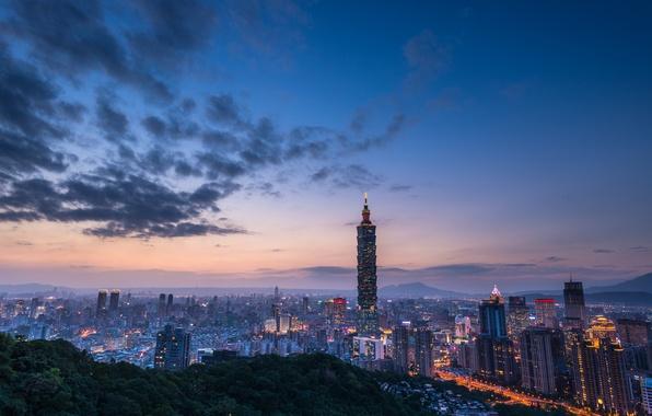 Картинка небо, облака, закат, город, огни, холмы, вид, здания, башня, высота, дома, вечер, освещение, панорама, Тайвань, …