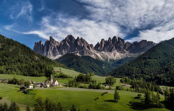 Картинка лес, небо, облака, горы, Италия, церковь, храм, луга, Южный Тироль, доломитовые Альпы, Валь-ди-Фюнес
