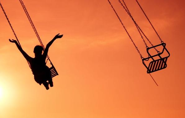 Картинка небо, девушка, радость, счастье, закат, фон, качели, widescreen, обои, настроения, руки, аттракцион, цепь, девочка, wallpaper, …