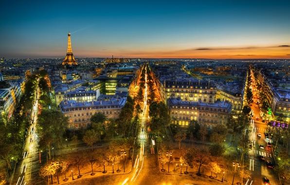 Картинка небо, деревья, ночь, тучи, город, огни, Франция, Париж, здания, дороги, дома, вечер, панорама, Эйфелева башня, …