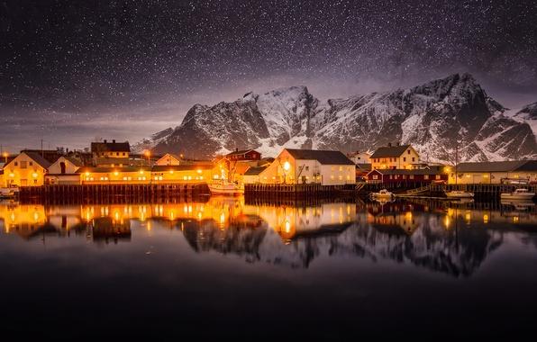 Картинка небо, звезды, горы, ночь, огни, Норвегия, север, посёлок