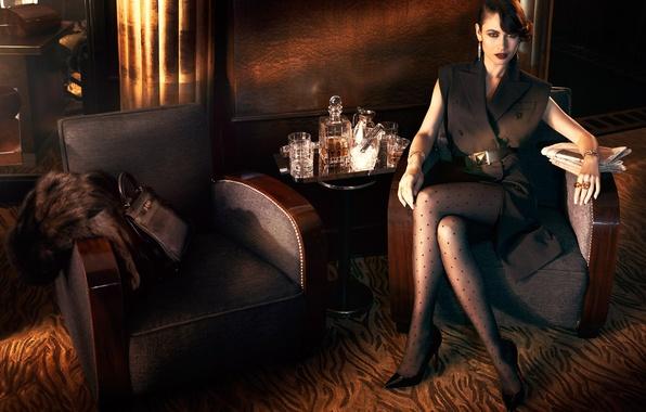 Картинка взгляд, стиль, модель, макияж, платье, актриса, брюнетка, прическа, фотограф, туфли, газеты, сумочка, стаканы, Ольга Куриленко, ...