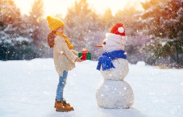 Картинка настроение, Зима, Снег, шарф, Дети, Джинсы, Девочка, Новый год, Свитер, колпак, Подарки, Снеговик, Шапки