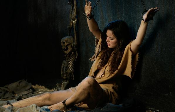 Картинка девушка, камера, останки, кости, скелет, шатенка, цепи, наказание, тюрьма, кандалы, гиря