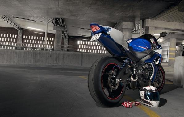 Картинка синий, мотоцикл, перчатки, шлем, парковка, suzuki, blue, сузуки, gsx-r1000