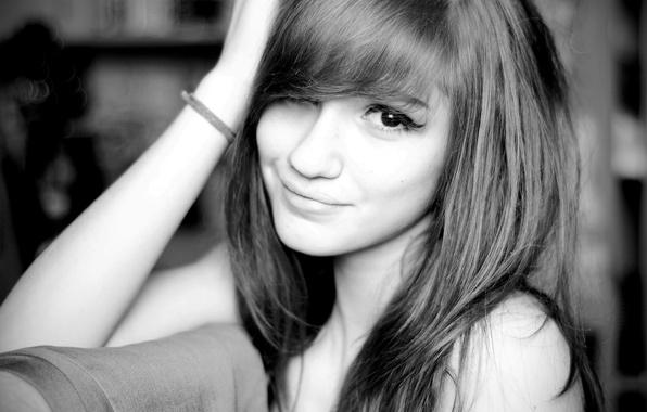 Картинка взгляд, девушка, улыбка, черно-белое, girl, smile, челка