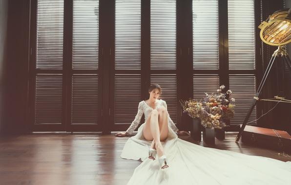 Картинка взгляд, комната, модель, платье, ножки, сидит, на полу