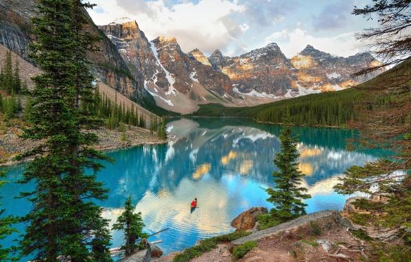 Картинка деревья, горы, озеро, камни, скалы, лодка, Канада, Alberta, Canada, Moraine Lake, Банф
