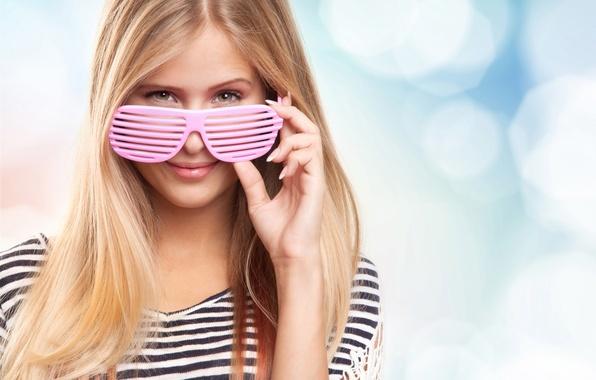 Картинка лето, девушка, радость, улыбка, настроение, отдых, релакс, романтика, позитив, размытость, очки, красавица, тельняшка, боке, жалюзи, …