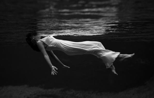 Картинка вода, девушка, фото, креатив, белое, чёрно-белое, платье, плавание