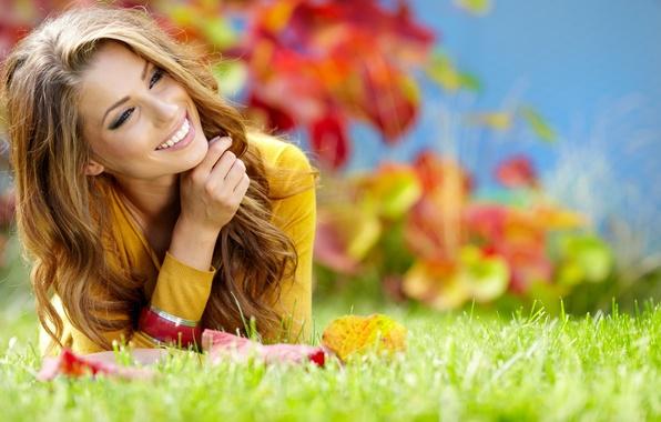 Картинка зелень, осень, трава, девушка, природа, улыбка, волосы, смех, шатенка, локоны
