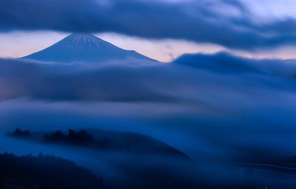 Картинка небо, облака, деревья, туман, холмы, гора, вечер, вулкан, Япония, сумерки, Хонсю, Фудзияма