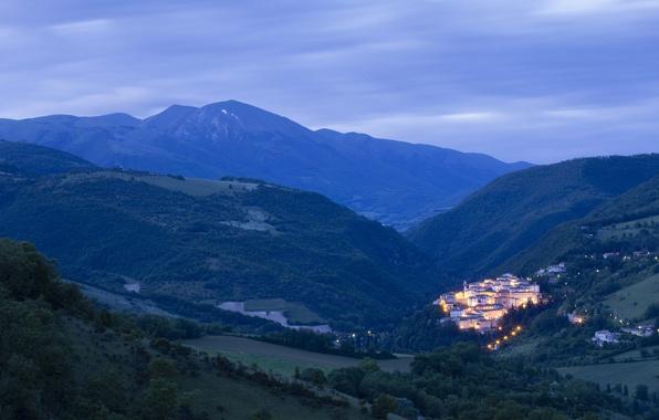 Картинка небо, деревья, горы, тучи, природа, огни, дома, освещение, Италия, панорама, поселок, перед рассветом, Умбрия