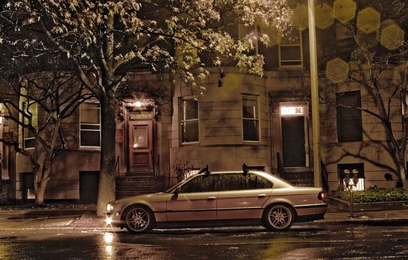 Картинка ночь, город, дом, дождь, пасмурно, улица, фары, здание, бумер, семёрка, e38, bumer, bmw 750