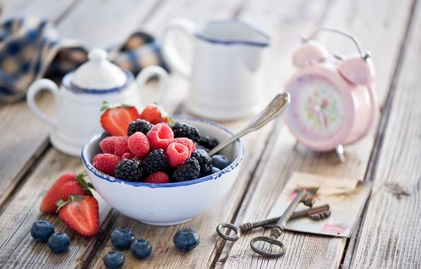 Картинка ягоды, малина, часы, будильник, клубника, натюрморт, ключи, ежевика, голубика