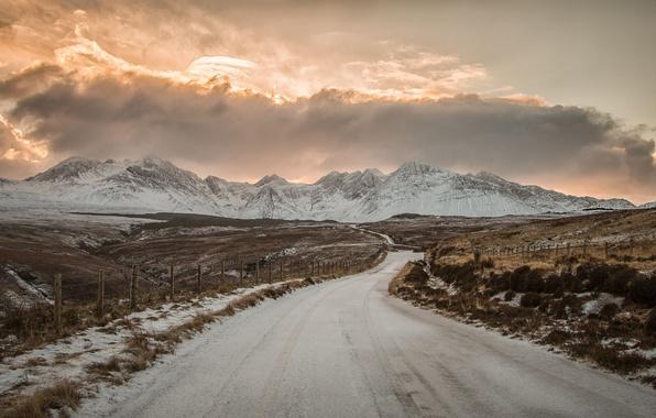 Картинка зима, дорога, поле, небо, солнце, облака, снег, горы, забор