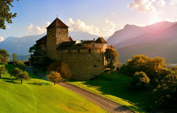 Картинка дорога, деревья, горы, замок, Альпы, Alps, Liechtenstein, Vaduz, Лихтенштейн, Замок Вадуц, Vaduz Castle, Вадуц