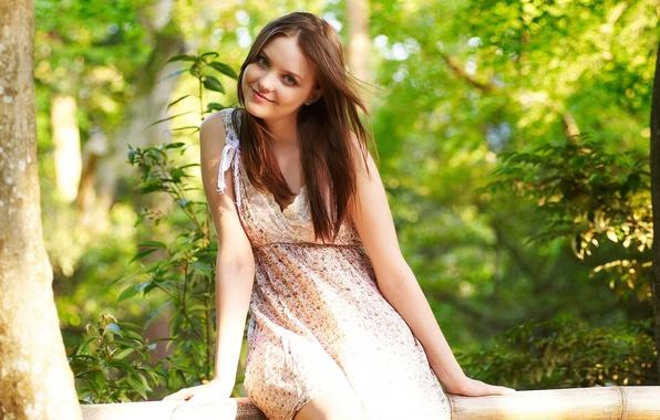 Картинка взгляд, девушка, улыбка, дерево, листва, платье, шатенка, бревно, бант, эмили, локоны, боке, amelie, ветерок