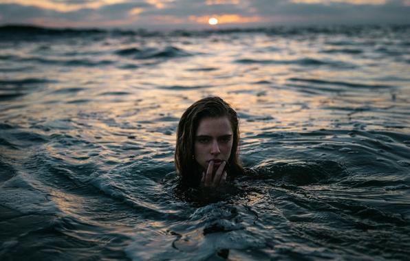 девушка у воды картинки