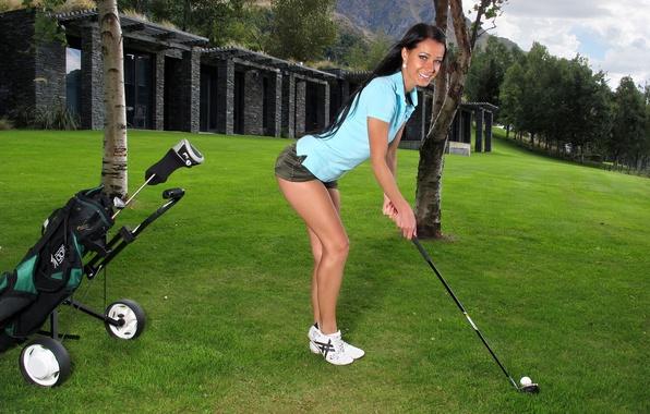 Картинка поле, трава, девушка, деревья, улыбка, ноги, шорты, мяч, брюнетка, рубашка, ножки, клюшка, гольф, melissa, lexa, …