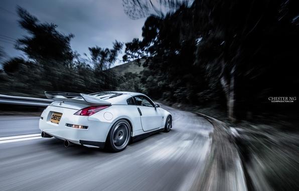 Картинка дорога, лес, тюнинг, скорость, nissan, спойлер, 350z, road, ниссан, speed, white car, 350, белая машина, …