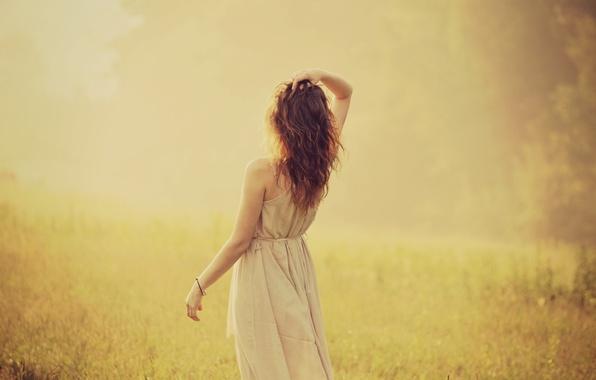 Картинка зелень, девушка, солнце, природа, фон, widescreen, обои, настроения, волосы, спина, растение, рука, платье, wallpaper, кудри, ...