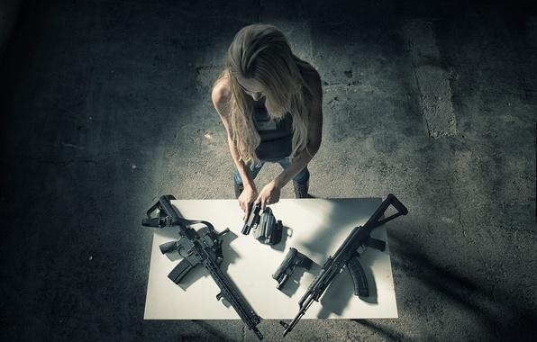 Картинка девушка, оружие, стол, пистолеты, помещение, автоматы
