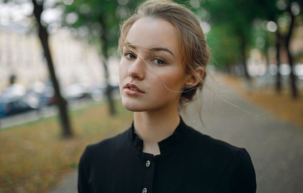Картинка взгляд, девушка, свет, деревья, лицо, город, милая, улица, модель, прическа, черная, рубашка, шатенка, красивая, fashion, …