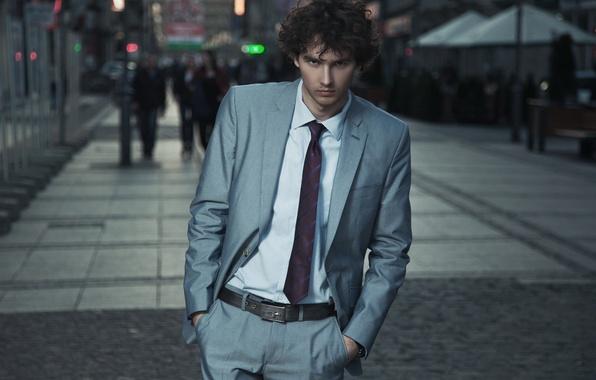 Картинка взгляд, фон, widescreen, обои, улица, костюм, галстук, wallpaper, мужчина, парень, широкоформатные, background, street, man, look, …