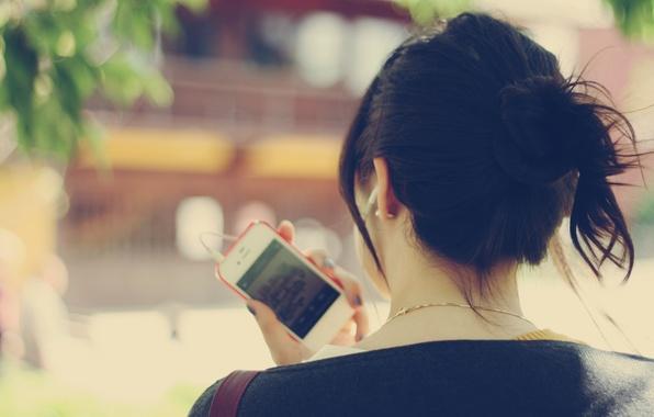 Картинка зелень, листья, девушка, деревья, музыка, фон, дерево, обои, улица, настроения, брюнетка, телефон, украшение, сумка, цепочка, …