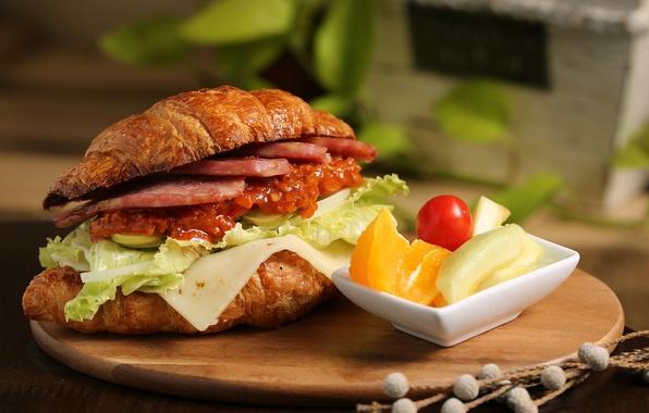 Картинка мясо, бутерброд, овощи, соус, салат, круассан, чери