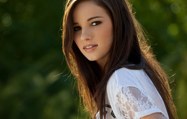 Картинка зелень, взгляд, девушка, шатенка, боке, Madison Morgan