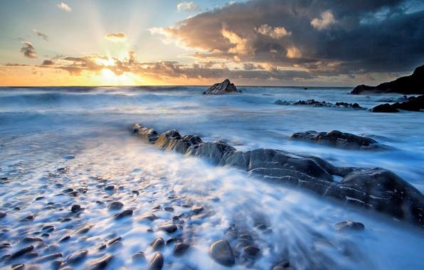 Картинка море, небо, вода, солнце, облака, пейзаж, закат, природа, река, восход, камни, фон, widescreen, обои, волна, …