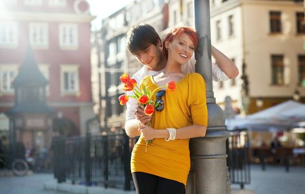 Картинка девушка, цветы, велосипед, город, улыбка, смех, ограда, пара, тюльпаны, прикосновение, рыжая, парень, тёмные очки