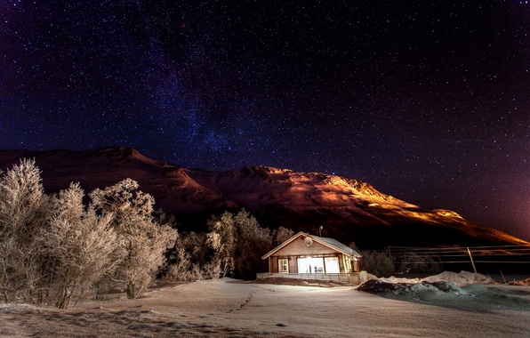 Картинка зима, небо, звезды, свет, снег, деревья, горы, ночь, природа, дом, звёзды, домик