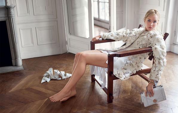 Картинка комната, модель, босиком, макияж, актриса, прическа, блондинка, туфли, сумочка, ножки, пиджак, в белом, позирует, на …