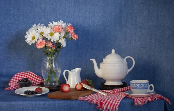 Картинка цветы, ягоды, букет, чайник, клубника, нож, чашка, натюрморт, голубика, гвоздики