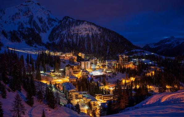 Картинка зима, свет, деревья, горы, ночь, город, здания, дома, ели, Альпы, Италия, Italy, Italia, Lombardia, Ломбардия, …