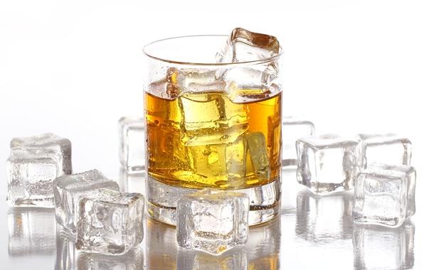 Картинка лед, капли, кубики, бокал, белый фон, виски