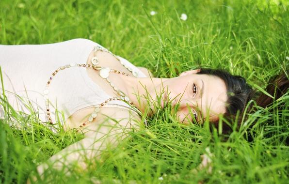 Картинка лето, трава, взгляд, девушка, лицо, волосы, майка, лежит, карие глаза
