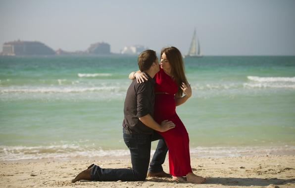 Картинка песок, море, пляж, девушка, любовь, парусник, парень, пейзаж., молодой человек