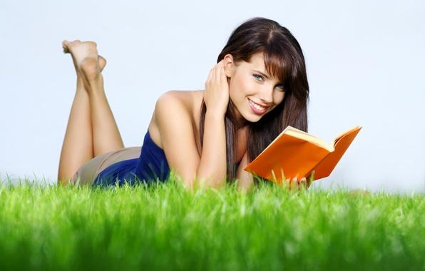 Картинка трава, природа, Девушка, книга, улыбается